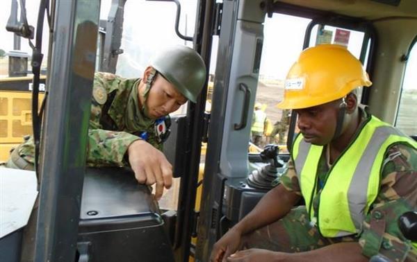ナイロビでタンザニア陸軍工兵に重機の使い方を教育する陸自隊員(陸自提供)=2017年6月