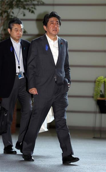 足を引きずり、厳しい表情で官邸に入る安倍晋三首相=14日午前、首相官邸(桐山弘太撮影)