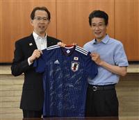 サッカーW杯日本代表専属・西芳照シェフ 内堀雅雄・福島県知事にユニホーム