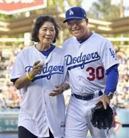 【MLB】ドジャース・ロバーツ監督母が始球式 沖縄出身の栄子さん
