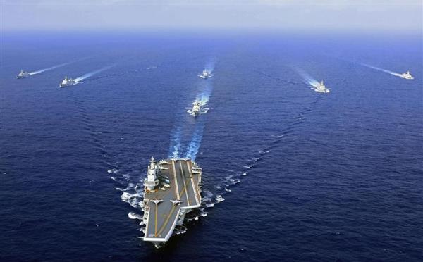 南シナ海を航行する中国海軍の空母「遼寧」=4月(共同)