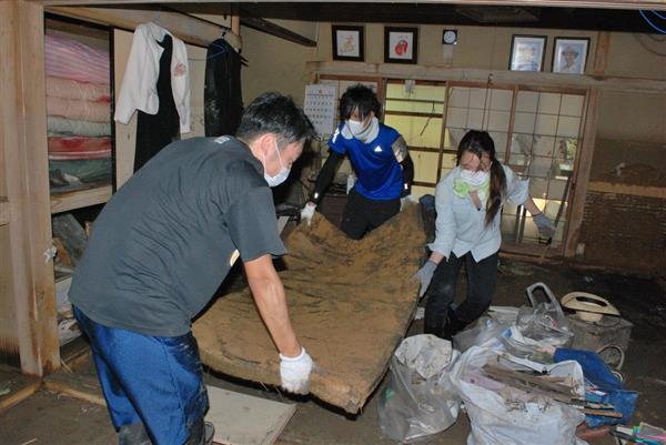 【西日本豪雨】猛暑のなか災害ボランティア続々 3千戸床上浸水の愛媛・大洲市(1/2ページ) - 産経ニュース