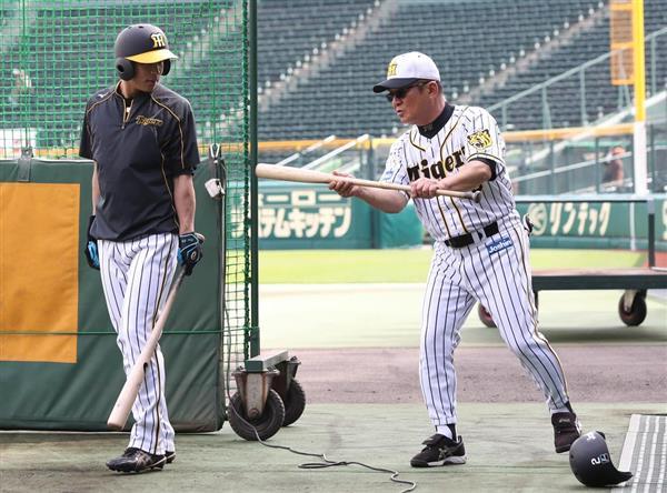 植田海(左)にバントのアドバイスを送る高代コーチ