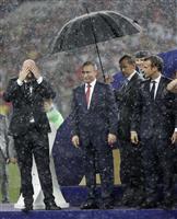 【ロシアW杯】なぜプーチン氏だけに傘? 隣はずぶ濡れ、表彰式に批判集中