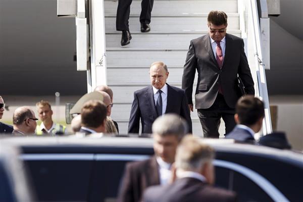 パベル・クズネツォフ・駐フィンランド露大使とともにタラップを下りるウラジーミル・プーチン露大統領=16日、フィンランドのバンター(AP)