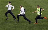 【ロシアW杯】決勝の雰囲気ぶち壊した乱入者…警備員のような姿で逃げまわる