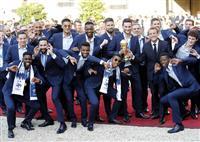 【ロシアW杯】フランス代表が凱旋パレード 大統領邸で子供達と祝勝会