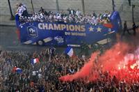 【ロシアW杯】祝賀一色のフランス 地下鉄駅名も監督称え「デシャンゼリゼ」に テロ・移民…
