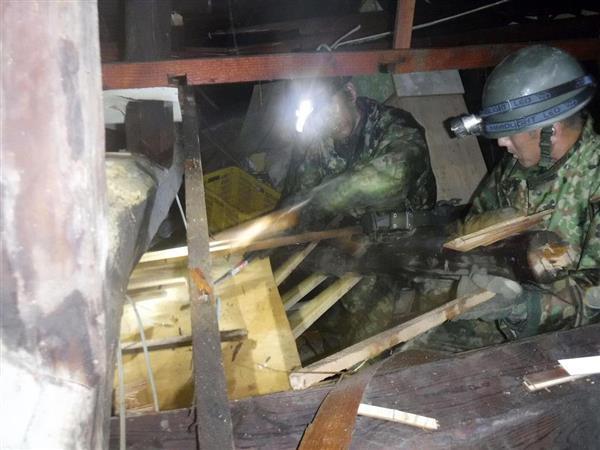 倒壊した家屋で、家族3人の救出にあたる陸上自衛隊海田市駐屯地の隊員=8日、広島県東広島市安芸津町(同駐屯地提供)