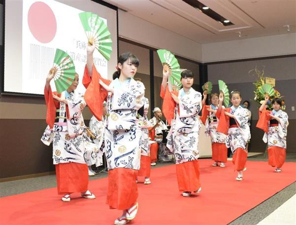 日本遺産の追加認定を祝って兵庫木遣音頭を披露する地元住民ら=神戸市兵庫区