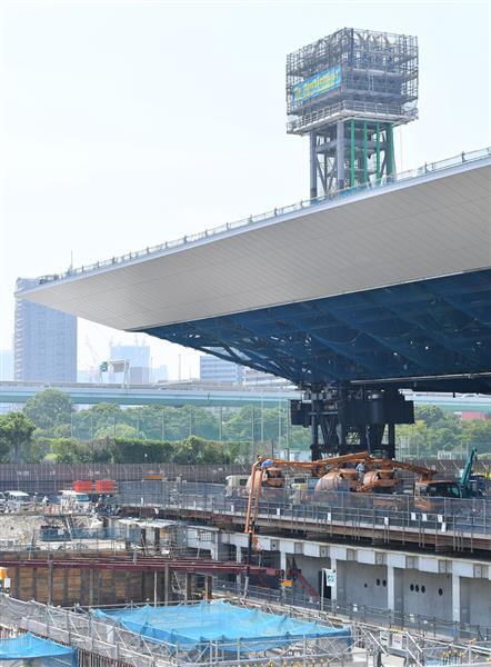 建設中のオリンピックアクアティクスセンター。今後、屋根は引き上げられる=17日午後、東京都江東区(納冨康撮影)