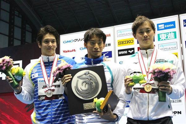 4月の日本選手権の男子100メートル背泳ぎで3位だった金子(右)。国際大会での復活を目指す=4月4日、東京辰巳国際水泳場(イトマンスイミングスクール提供)
