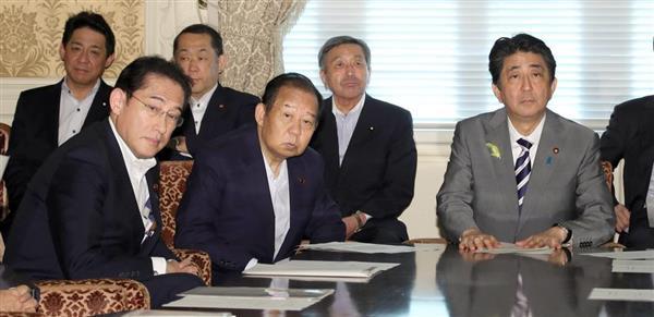 自民党役員会に臨む安倍晋三首相(総裁、右)と二階俊博幹事長(中央)。2人の蜜月は9月の総裁選後も続くか…=7月2日、国会内(春名中撮影)
