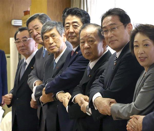 昨年8月の自民党役員人事で二階俊博幹事長(右から3人目)は続投だった=東京・永田町の党本部(福島範和撮影)