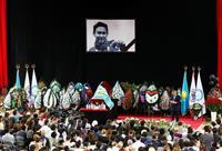 刺殺のデニス・テン選手、カザフで市民葬…数千人追悼、花手向ける