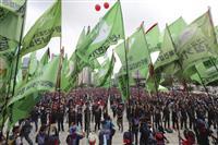 ソウルで7月12日、雇用の保護を求めてデモを行う建設業界の労働者ら。経済の先行きへの懸念が増大している(AP)