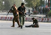 アフガン副大統領狙いテロか 首都空港で自爆、支持者ら14人死亡 ISが犯行声明
