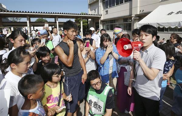 避難所になっている小学校を訪問した「嵐」の二宮和也さん(右端)=23日午後、岡山県倉敷市真備町地区(代表撮影)