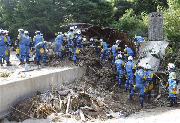広島県坂町の小屋浦地区で、行方不明者の捜索に当たる大阪府警広域緊急援助隊。この後に一部の隊員が小型犬を救出した=13日(大阪府警提供)