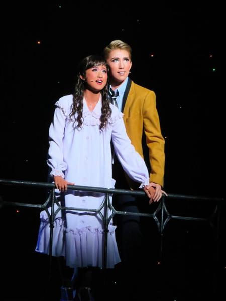 宙組公演「WEST SIDE STORY」で主人公のトニーを演じたトップ、真風涼帆(右)とヒロインのマリア役の娘役トップ、星風まどか(左)