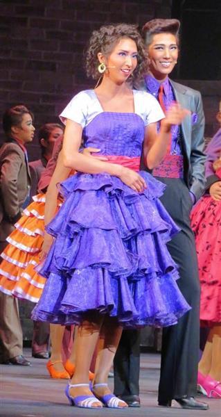 ベルナルドを演じた愛月ひかる(右)とアニータ役の桜木みなと(左)