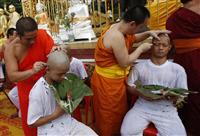 タイ洞窟の少年ら短期の出家修行を開始 死亡ダイバーを追悼