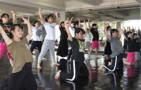猛暑の中、レッスンに励む同志社香里高校ダンス部の部員たち=大阪府寝屋川市