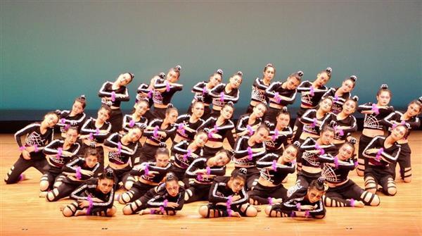 「第11回日本高校ダンス部選手権」沖縄地区大会で全国大会進出を決めた、県立普天間高校の演技=28日、沖縄県うるま市石川会館