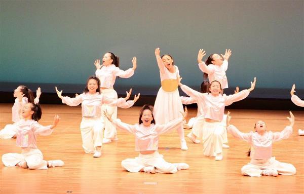 「第11回日本高校ダンス部選手権」沖縄地区大会で全国大会進出を決めた、県立浦添高校の演技=28日、沖縄県うるま市石川会館