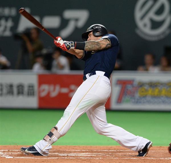 日本ハム対オリックス 8回、勝ち越しの2点適時打を放つオリックスのロメロ=29日、札幌ドーム(撮影・野口隆史)