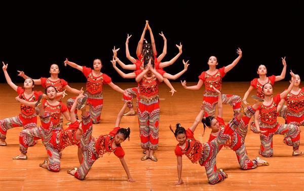 日本高校ダンス部選手権九州大会のビッククラスに出場した福岡市立福岡西陵高=福岡市博多区