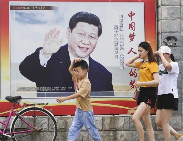 北京市内に掲げられた中国の習近平国家主席のポスター=25日(共同)
