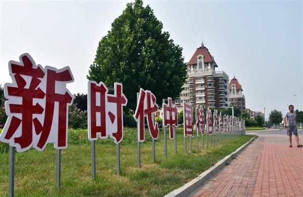 """街中に設置された共産党のスローガン。習近平氏の名前は""""省略""""されている=7月31日、中国河北省・北戴河(西見由章撮影)"""