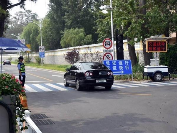 共産党幹部専用エリアに入る当局ナンバーの車両=7月31日、中国河北省・北戴河(西見由章撮影)