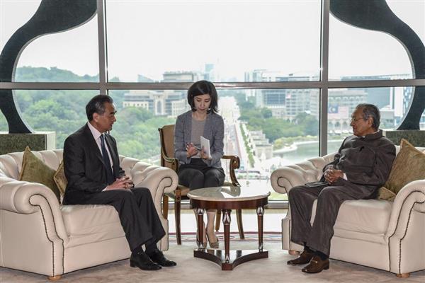 会談するマレーシアのマハティール首相(右)と中国の王毅外相=1日、プトラジャヤ(AP)