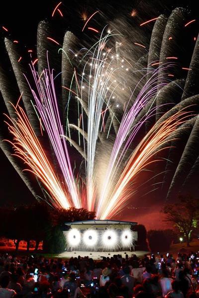 生駒山上遊園地で夜空を焦がすファイアーリュージョン=2日夜、奈良県生駒市(比較明合成、柿平博文撮影)