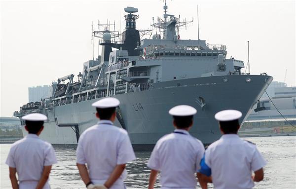東京・晴海埠頭に入港した英海軍のドック型揚陸艦「アルビオン」=3日(ロイター)