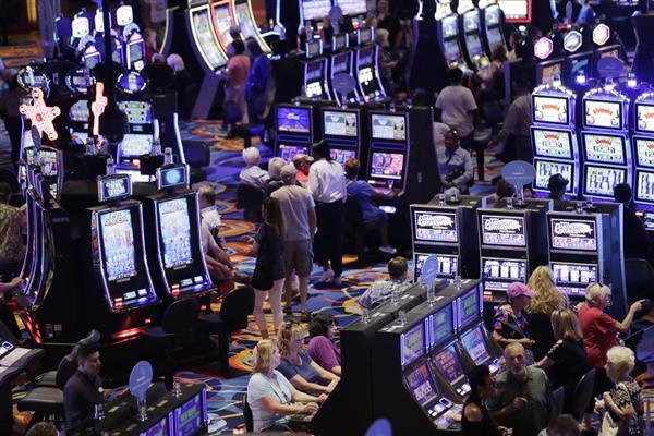米ニュージャージー州のカジノでゲームを楽しむ客。世界中で新たなIR施設がオープンしている(AP )