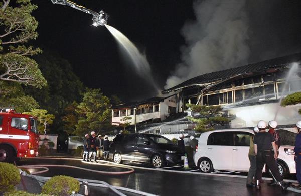 火災があった和歌山県那智勝浦町のホテル=6日午前3時