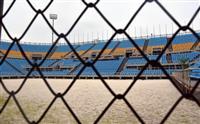 砂のコートに雑草が生え、観客席の手すりも錆び付いた北京五輪のビーチバレー会場=6日、中国北京市(西見由章撮影)