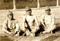 江本金次郎氏(中央)が実家に送った写真。戦闘の合間に撮影したと思われる