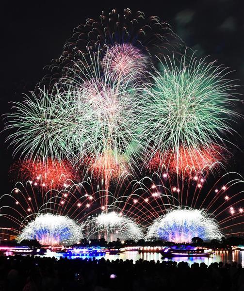 日本を代表する花火師による「東京花火大祭~EDOMODE~」で次々と打ち上げられる花火=11日午後、東京・台場のお台場海浜公園(長時間露光、酒巻俊介撮影)