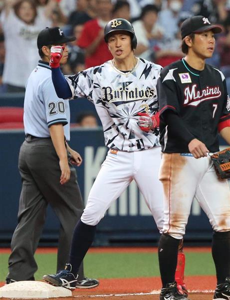 8回、オリックス・安達了一は走者一掃の逆転三塁打を放ちガッツポーズ=京セラドーム大阪(撮影・岡田茂)