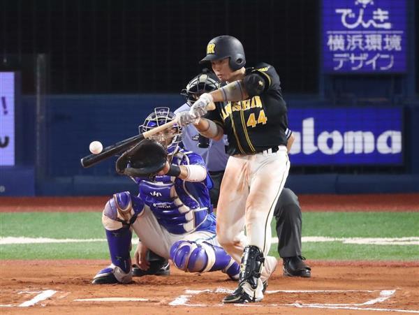 六回、二塁打を放つ阪神の梅野隆太郎=11日、横浜市の横浜スタジアム(山田喜貴撮影)