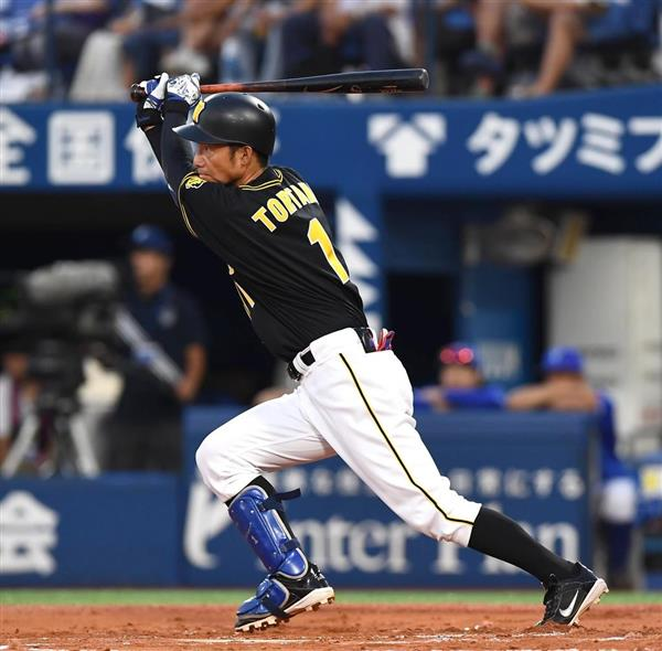 二回、適時打を打つ阪神の鳥谷敬=11日、横浜スタジアム(岩川晋也撮影)
