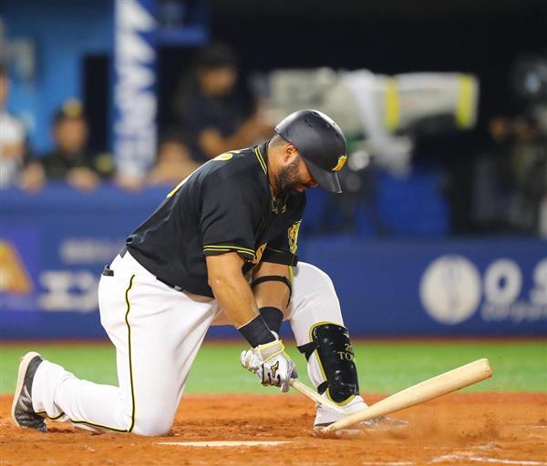 四回、1,2塁の好機で三振に倒れ、バットをへし折る阪神のウィリン・ロサリオ=11日、横浜スタジアム(斎藤浩一撮影)
