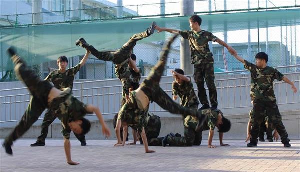 スモールクラスで日本高校ダンス部選手権に出場する府立山城高校ダンス部の男子生徒ら=京都市北区