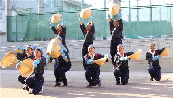 ビッグクラスで日本高校ダンス部選手権全国大会に出場する府立山城高校ダンス部の女子生徒ら=京都市北区