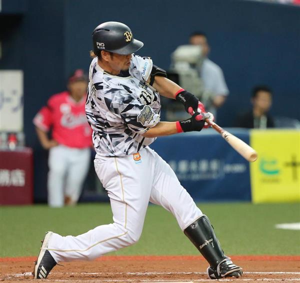 十回、オリックス・中島宏之はサヨナラ打を放つ=12日、セラドーム大阪(岡田茂撮影)