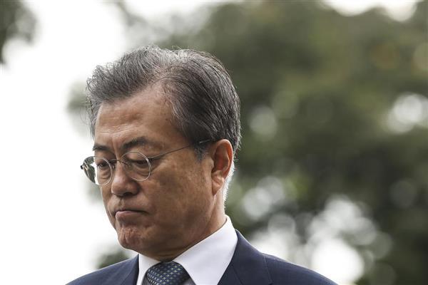 猛暑が続き、原発の追加稼働に踏み切った韓国の文在寅大統領(AP)